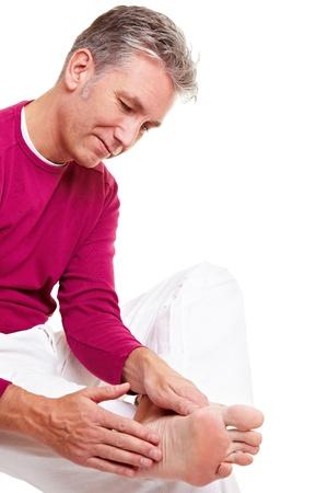 pangs: Uomo anziano suoi piedi con un massaggio di rilassamento
