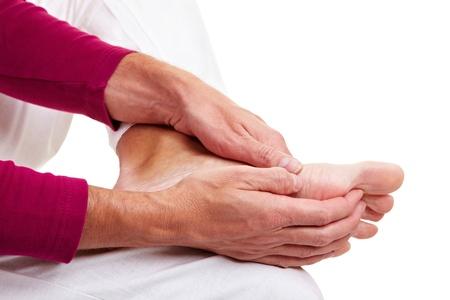 pies masculinos: Hombre Senior masajear sus pies doloridos con sus manos