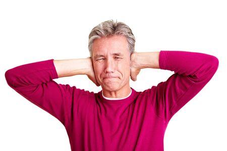 ruido: Hombre senior frustrado cerrar sus o�dos con las manos