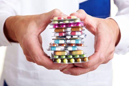 pastillas: Una pila de muchos p�ldoras diferentes de mano