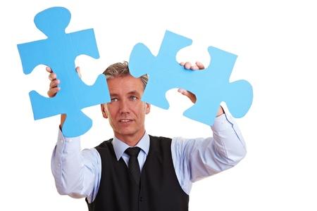 przewymiarowany: Starszych dziaÅ'alnoÅ›ci czÅ'owieka rozwiÄ…zywania zbyt dużych jigsaw puzzle Zdjęcie Seryjne