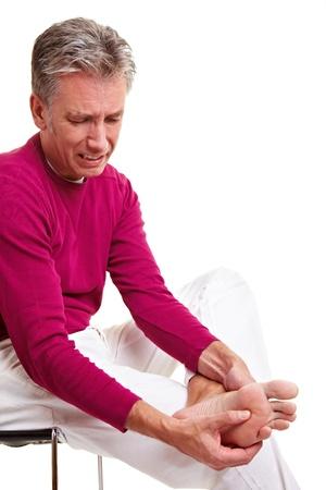 douleur main: Senior man avec douleur pied, massage des pieds Banque d'images