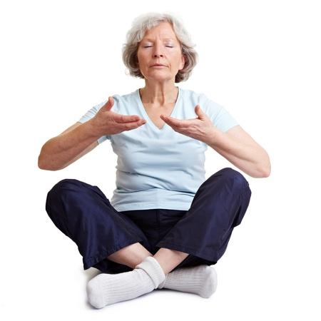 respiration: Vieille femme senior m�ditant et d�tente avec exercices de respiration Banque d'images