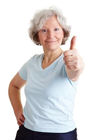 Aktive ältere Frau hält ihre Daumen