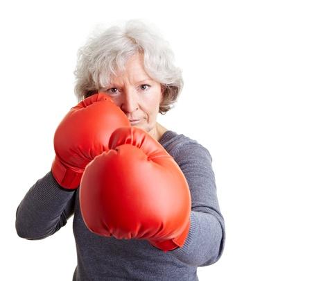 guantes de boxeo: Anciana activa lucha con guantes de boxeo rojos Foto de archivo