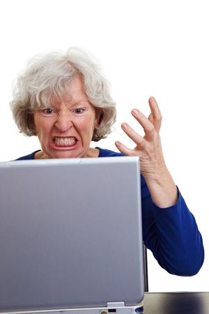 personas enojadas: Enojado anciana gritando a su port�til Foto de archivo