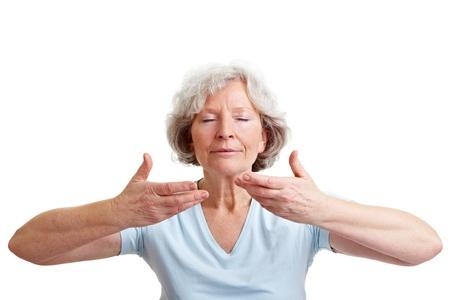 respiration: Femme senior d�tendue faire quelques exercices de respiration Banque d'images