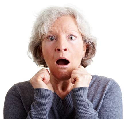 femme bouche ouverte: Femme âgée effrayée à la recherche surpris et choqué
