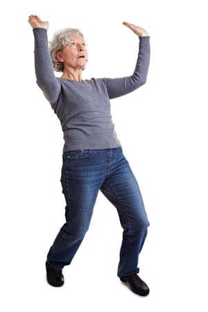 pantomima: Anciana levantando un objeto imaginario como pantomima Foto de archivo