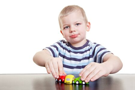 accidente transito: Ni�o jugando con coches de juguetes y re-enacting un accidente de tr�fico