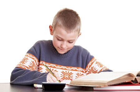 diligente: Ni�o diligente en su tarea en su escritorio