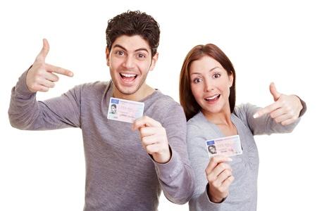 Due ragazzi felice che punta a loro patente di guida europea