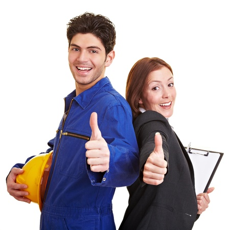 Gelukkige arbeider en bedrijfsvrouw die hun duimen tegenhouden