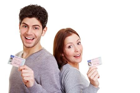 Zwei stolz junge Erwachsene mit ihren europäischen Führerschein Standard-Bild