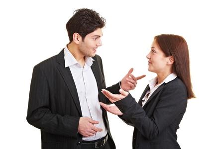 dialogo: Dos j�venes empresarios hablando y discutiendo