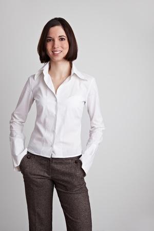 blusa: Mujer de negocios de j�venes felices con sus manos en sus bolsillos