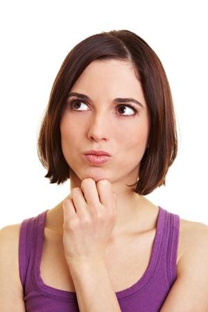 dudando: Pensativa joven atractiva mirar cuidadosamente hasta