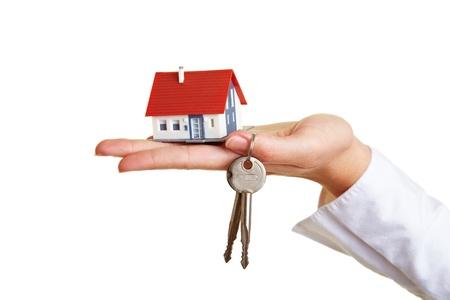 agente comercial: Pequeña casa y claves en la Palma de la mano Foto de archivo