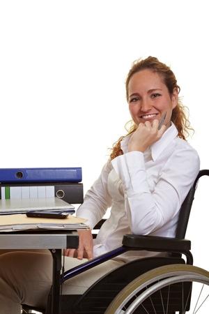 behindert: Happy deaktiviert gesch�ftsfrau am Arbeitsplatz auf ihrem Schreibtisch