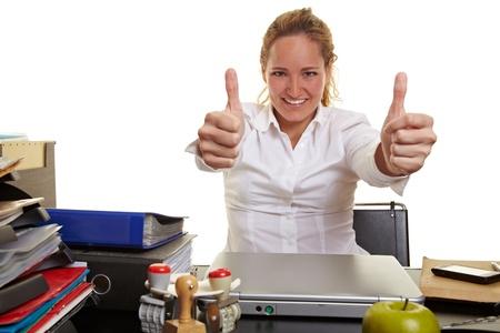 administrative: Mujer de negocios feliz en el trabajo con ambos pulgares