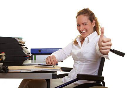 Gelukkige mensen met een handicap zakenvrouw in een rolstoel die thumbs up