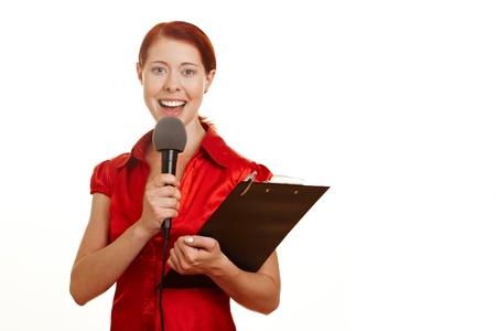 reportero: Periodista redhaired feliz con micrófono y Portapapeles Foto de archivo