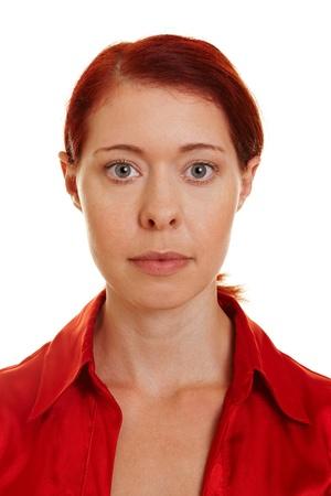 foto carnet: Frontal retrato de una mujer seria con pelo rojo Foto de archivo