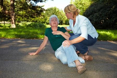 Eerste hulp voor senior vrouw met hartaanval Stockfoto