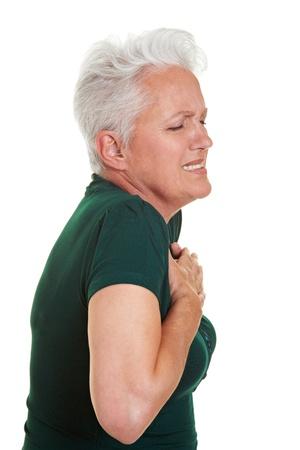 dolor de pecho: Mujer Senior teniendo dolor de corazón, sosteniendo su pecho