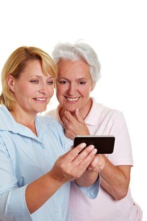 Mujer feliz altos conseguir un smartphone explicó Foto de archivo