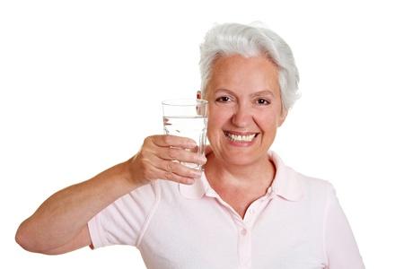 acqua di seltz: Felice donna anziano con un bicchiere di acqua fresca Archivio Fotografico