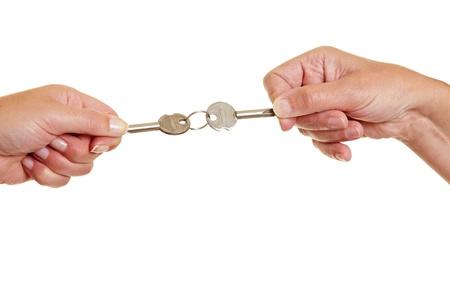 Dos personas tirando de las claves de la controversia
