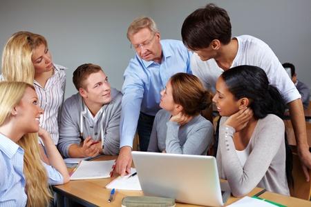 hombre estudiando: Los estudiantes de aprendizaje con el profesor en una universidad