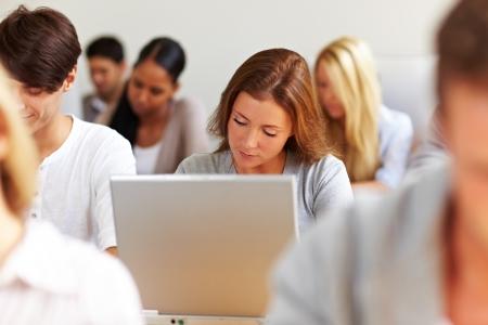 Estudiante de trabajo en la computadora portátil en la universidad Foto de archivo