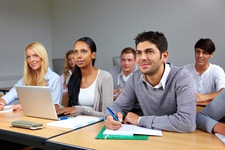 classroom teacher: Busy di apprendimento degli studenti in una classe universitaria