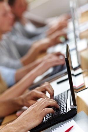 curso de capacitacion: Muchas manos escribiendo en computadoras port�tiles o netbooks Foto de archivo