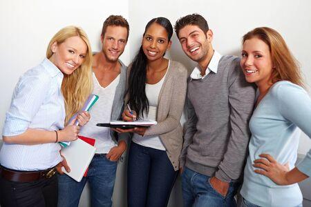 Portret van gelukkige lachende studenten in de zaal Stockfoto