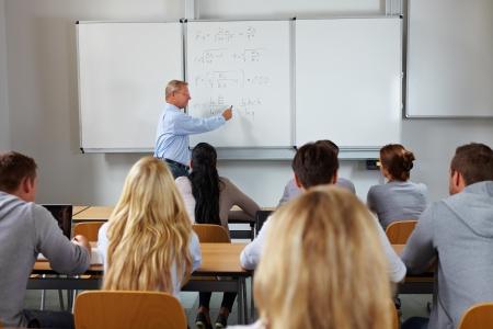 salon de clases: J�venes estudiantes en clase en estudios econ�micos en la Universidad Foto de archivo