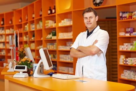 약물 치료: 팔을 서 약사는 약국에서 교차