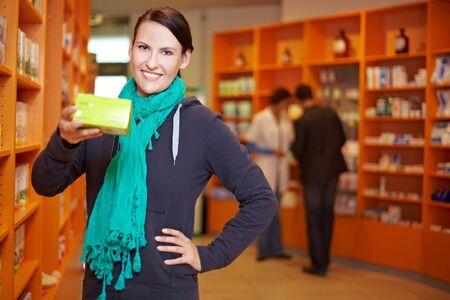 gl�cklicher kunde: Zufriedener Kunde empfehle Produkt in einer Apotheke