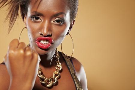 defensa personal: Enojado joven africana apretando el puño