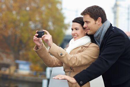 Les touristes sur un city-trip de prendre des photos avec t�l�phone intelligent
