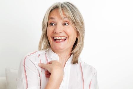 laughing out loud: Mujer sorprendida alto re�r a carcajadas en la sala