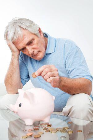 gente pobre: Preocupado el hombre alto ahorro de dinero del euro en la hucha