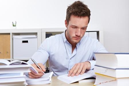 diligente: Estudiante de Derecho con los libros mandy de aprendizaje para exámenes de la Universidad