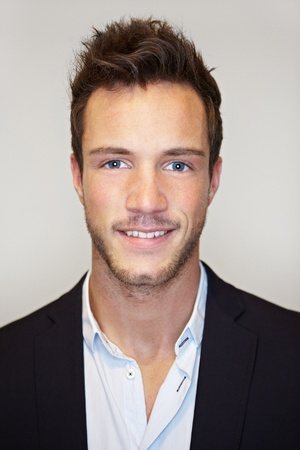 foto carnet: Tiro de la cabeza del hombre de negocios joven que sonríe