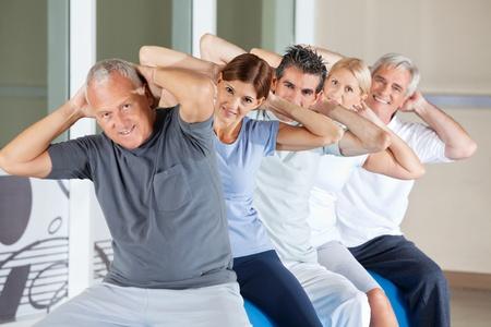 fysiotherapie: Happy senior mensen die weer oefeningen in de gymzaal Stockfoto