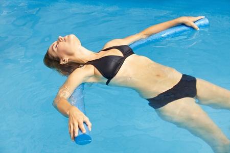 Mujer en bikini con fideos de nataci�n en la piscina photo
