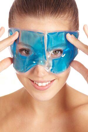 Atractiva mujer con máscara de gel refrescante para ojos