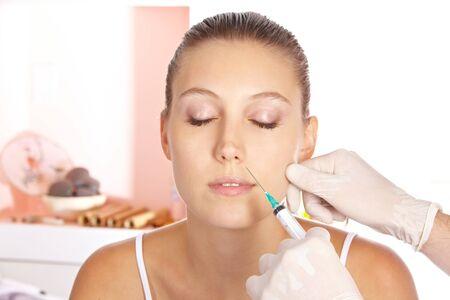 attractiveness: Atractiva mujer recibiendo un tratamiento para las arrugas con una jeringa